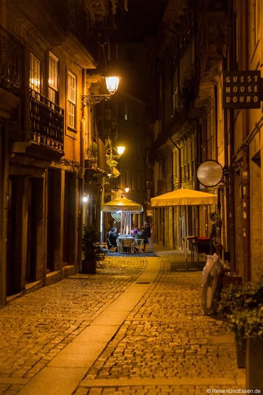 Gasse in der Ribeira von Porto bei Nacht