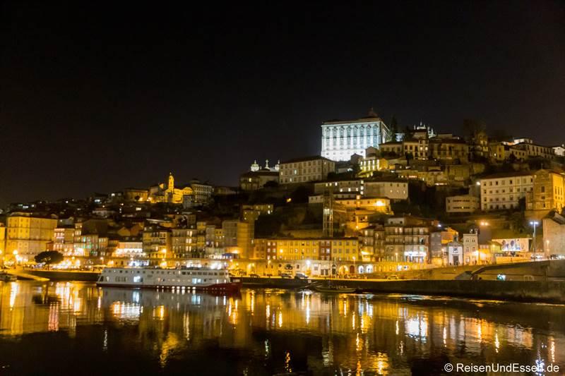 Blick auf Ribeira mit Se Cathedral bei Nacht