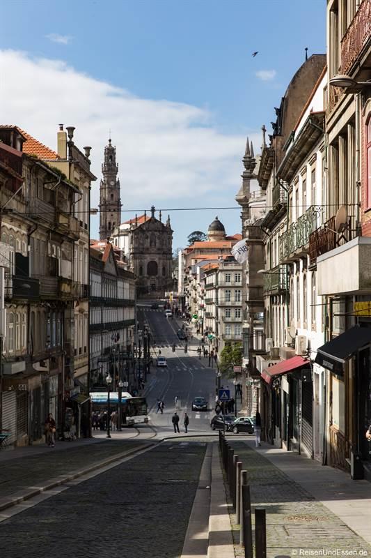 Blick auf Torre dos Clérigos in Porto