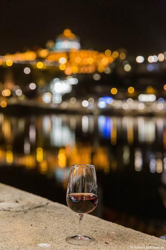 Glas Portwein mit Blick auf Douro