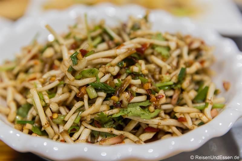 Wurzeln der Houttuynia Cordata als Gemüse beim Essen in Guizhou