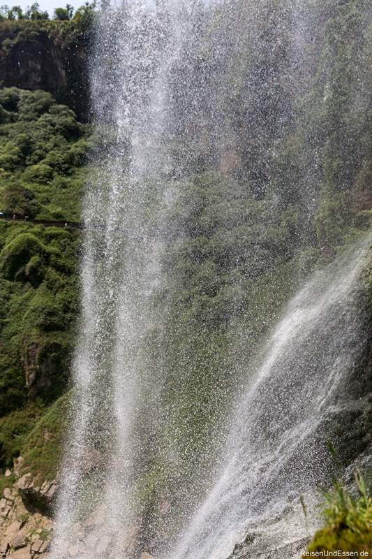 Hinter dem Huangguoshu-Wasserfall in Guizhou