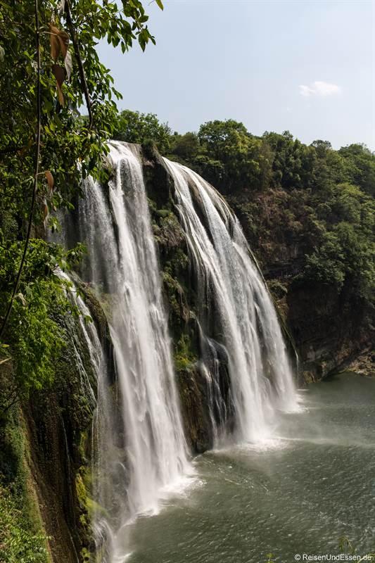 Blick von der Seite auf den Huangguoshu-Wasserfall