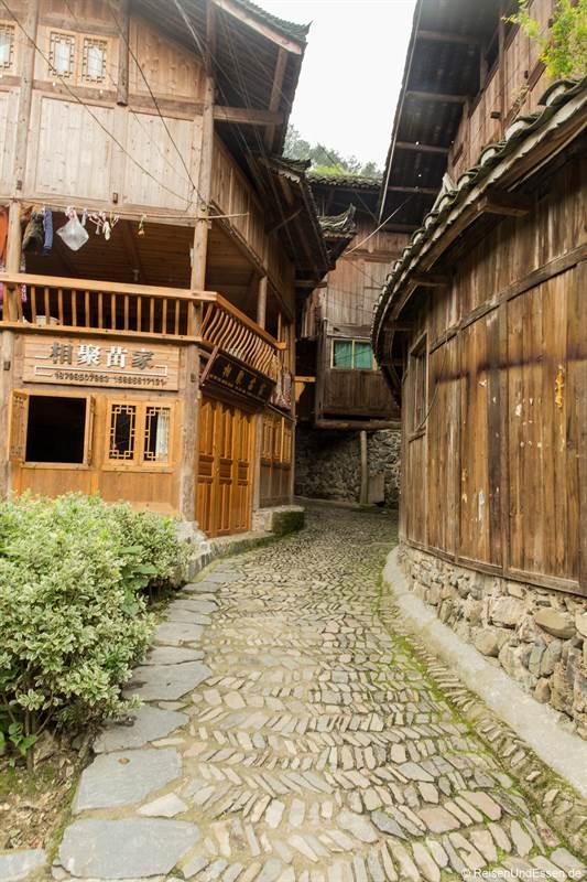 Gasse im Dorf Langde der Miao in der Provinz Guizhou