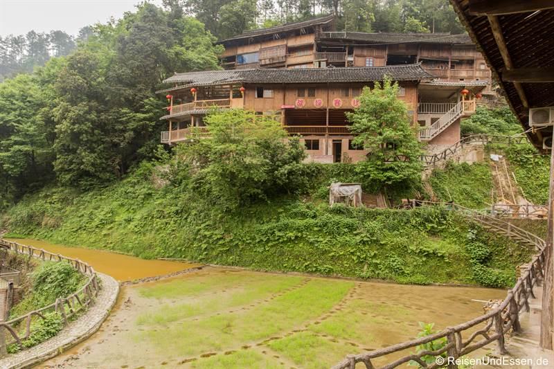 Holzhaus der Miao in Langde in der Provinz Guizhou
