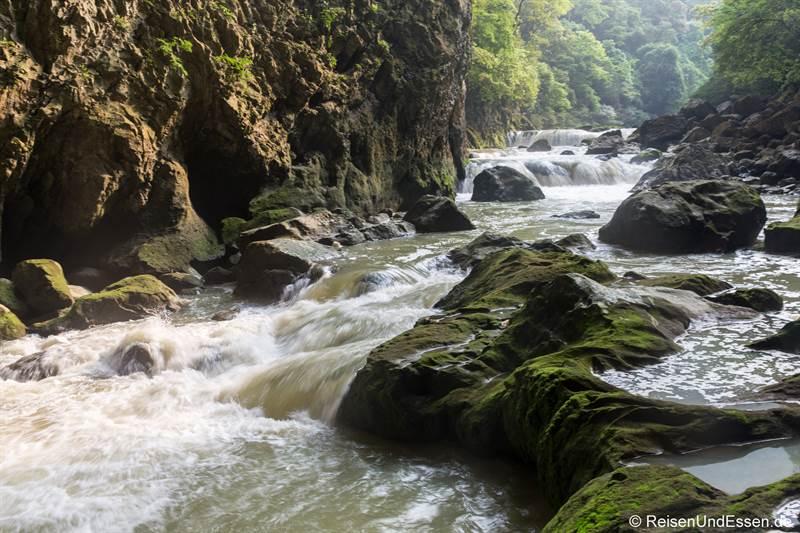 Fluss durch die Höhle im Daqikong Nationalpark in Libo
