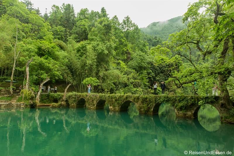 Alte Brücke im Nationalpark Xiaoqikong in Libo