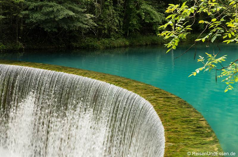 Wasserfall beim Drachenteich im Nationalpark Xiaoqikong in Libo