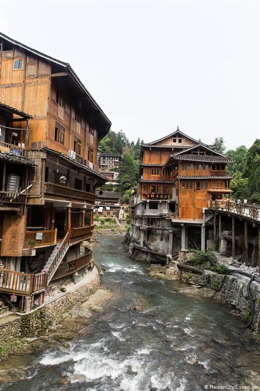 Fluss und Häuser der Miao in Xijiang
