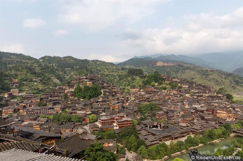 Blick vom Aussichtspunkt auf Xijiang - Sehenswürdigkeiten in Guizhou