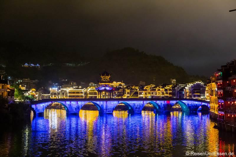 Beleuchtete Brücke in Zhenyuan bei Nacht