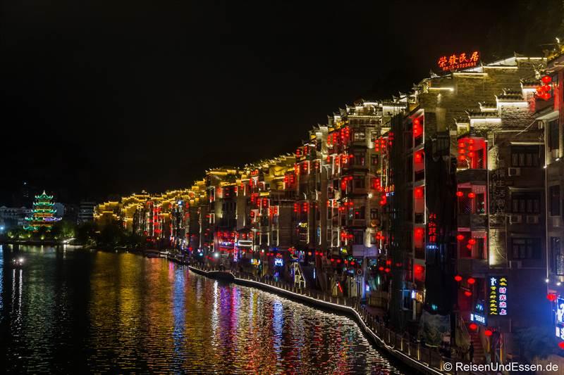 Häuser mit roten Lampions bei Nacht in Zhenyuan