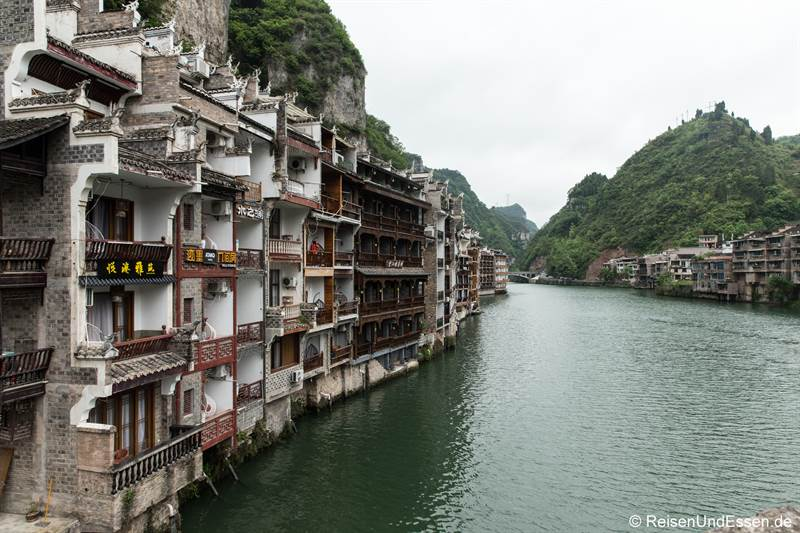 Häuser am Fluss in Zhenyuan in der Provinz Guizhou