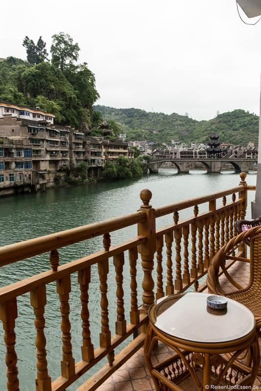 Hotel mit Balkon zum Fluss in Zhenyuan