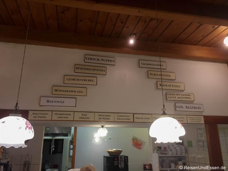 Auswahl an Speisen an der Wand im Heurigen Ceidl