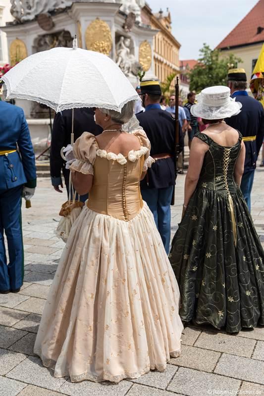Frauen beim imperialen Fest in Baden bei Wien