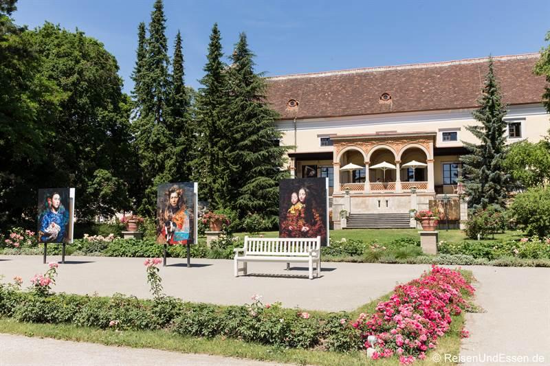 Fotografie von Cooper & Gorfer vor dem Hotel Schloss Weikersdorf