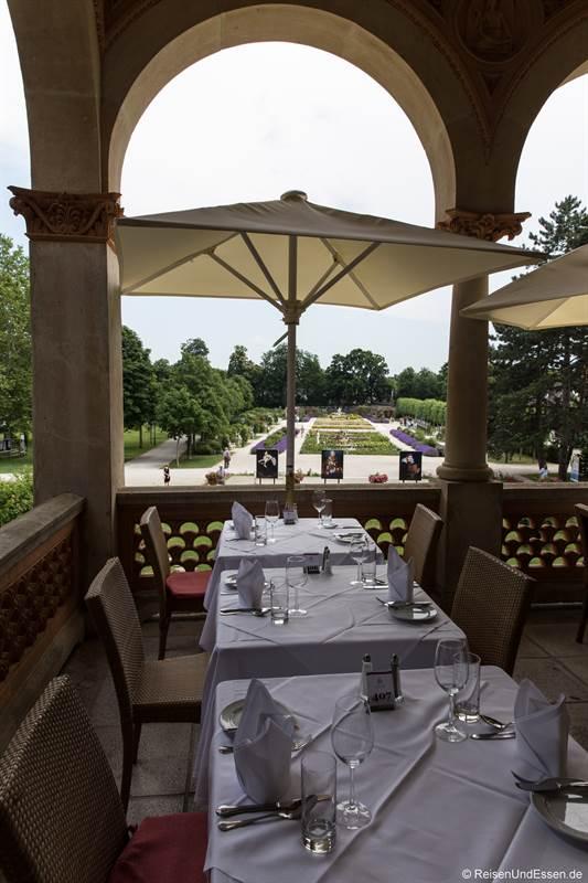 Terrasse im Hotel Schloss Weikersdorf mit Blick auf Rosarium