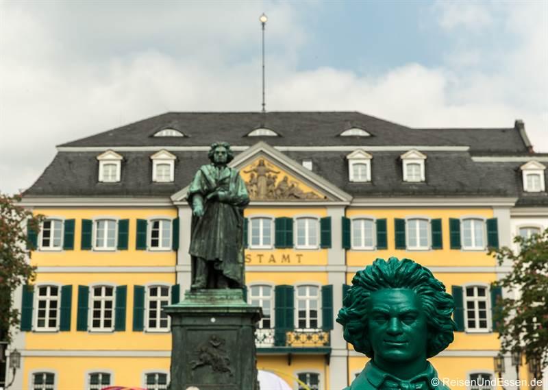 Beethovenfigur vor dem Beethovendenkmal in Bonn
