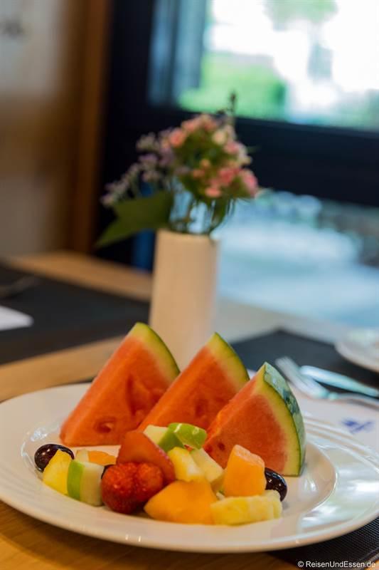 Teller mit Früchten beim Frühstück