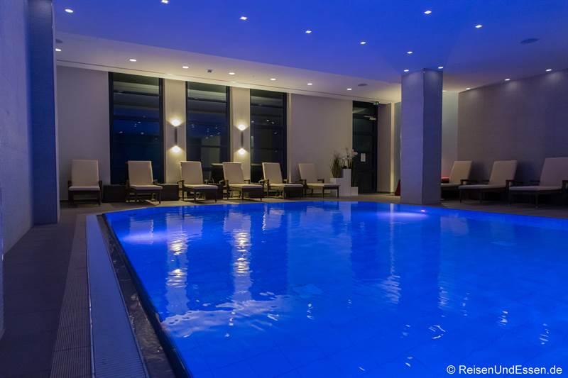 Swimmingpool im Maritim Hotel Bonn