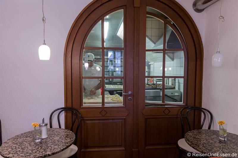 Blick in die Herstellung von Schneeballen in der Bäckerei Striffler