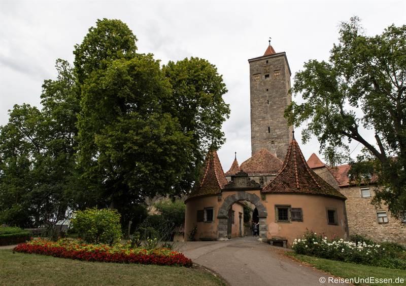 Burgtorgarten und Burgtor in Rothenburg ob der Tauber