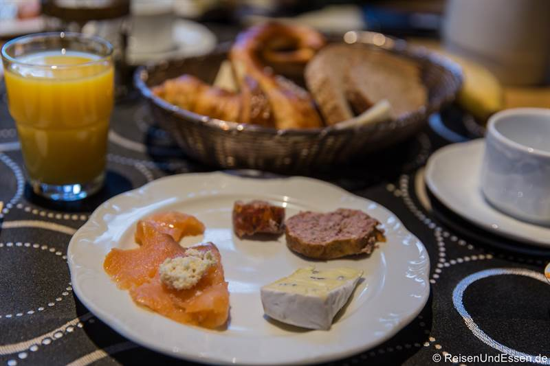 Frühstück mit Lachs, Wurst und Käse im Hotel BurgGartenpalais