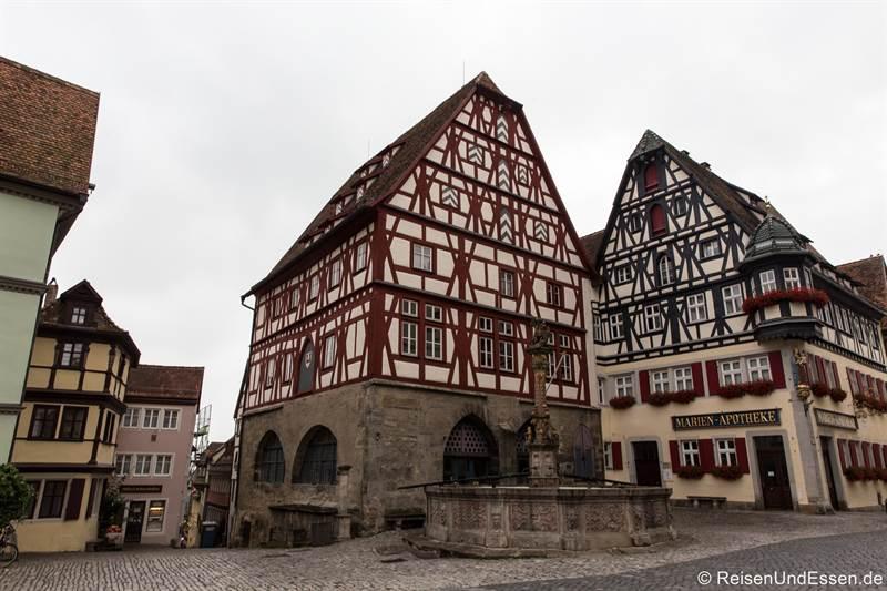 Fachwerkhäuser am Marktplatz in Rothenburg