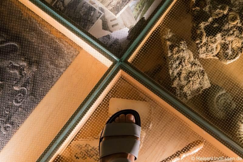 Boden mit Fossilien in der Stube