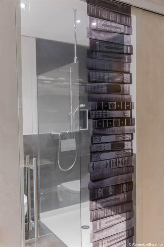 Tür zum Bad im Zimmer Bücher