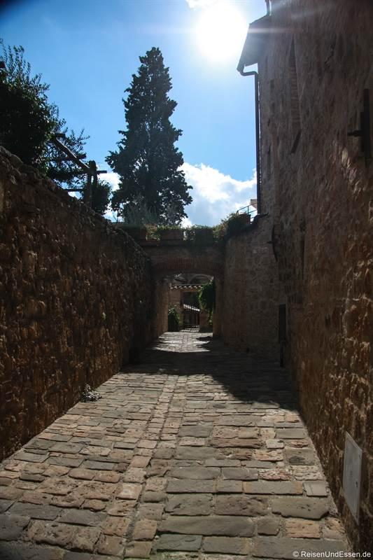 Gasse in San Quirico d'Orcia in der Toskana