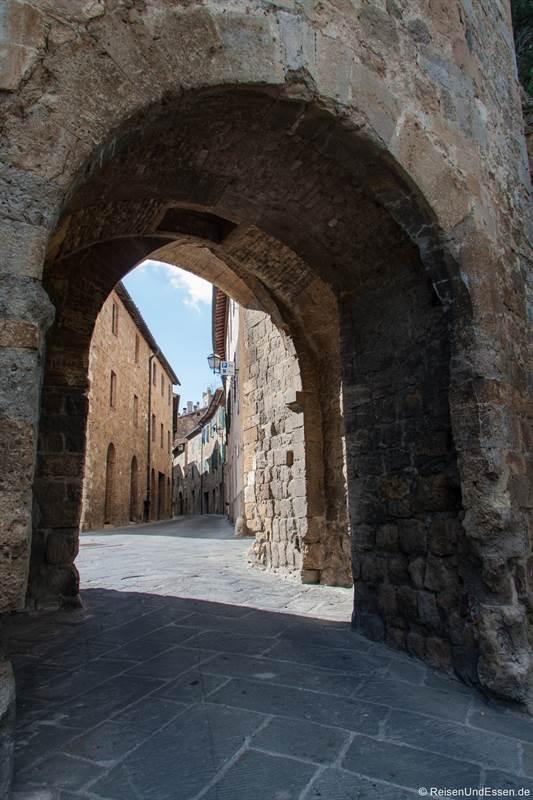 Tor in die Altstadt von San Quirico d'Orcia