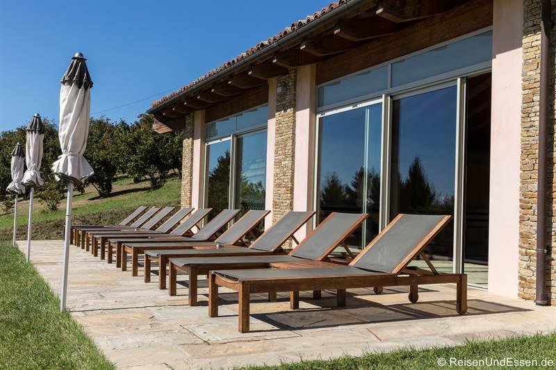 Liegestühle vor dem Schwimmbad im Relais Montemario bei Alba