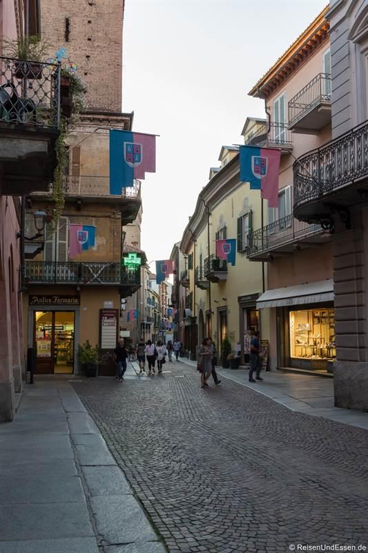 Gasse Via di Cavour in der Altstadt von Alba