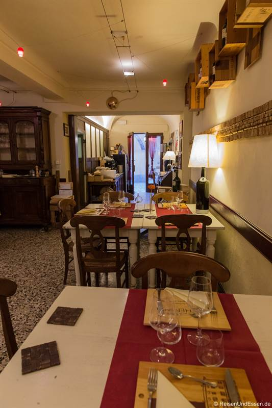 Tische in der Osteria della Rosa Rossa in Cherasco
