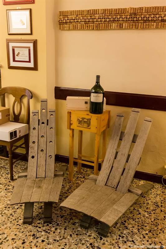 Stühle in der Osteria della Rosa Rossa in Cherasco