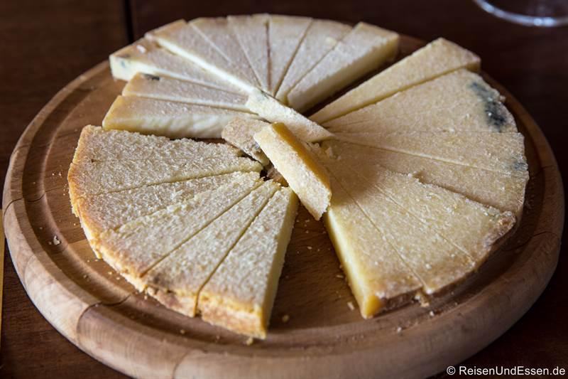 Käseprobe von Castelmagno aus verschiedenen Reifegraden