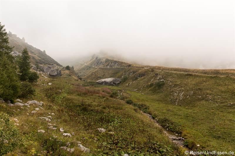 Passstrasse auf den Colle Fauniera im Nebel
