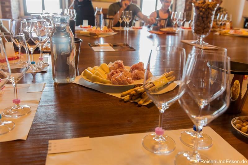 Weindegustation bei Marcarini mit Grissini, Schinken und Käse