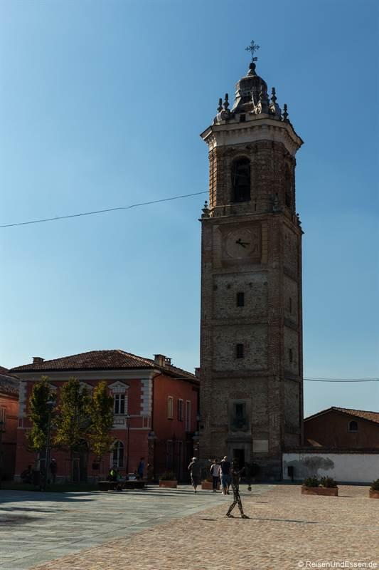 Glockenturm von La Morra in der Langhe im Piemont