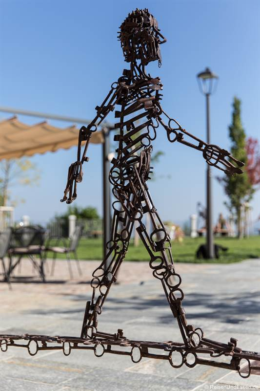 Skulptur beim Piazza Castello in La Morra