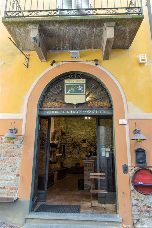 Weinhandlung in La Morra im Piemont
