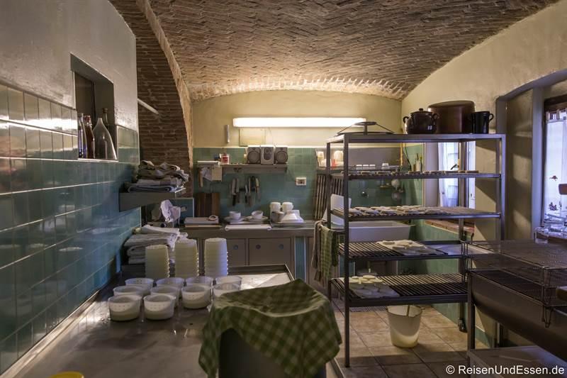 Herstellung von Käse in der Cascina Pistone in Langhe im Piemont