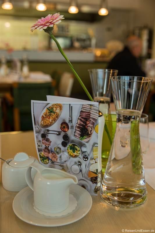 Tisch mit Speisekarte beim Brunch im Mercure