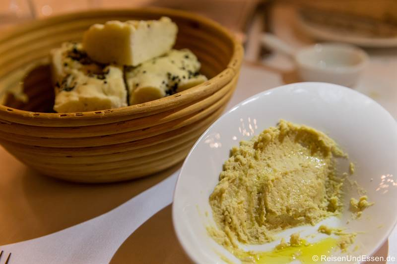 Foccacia und Hummus beim Dinner im Restaurant Esszimmer im Mercure Hotel Regensburg