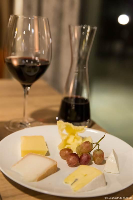 Käse und Wein zum Abschluss beim Abendessen