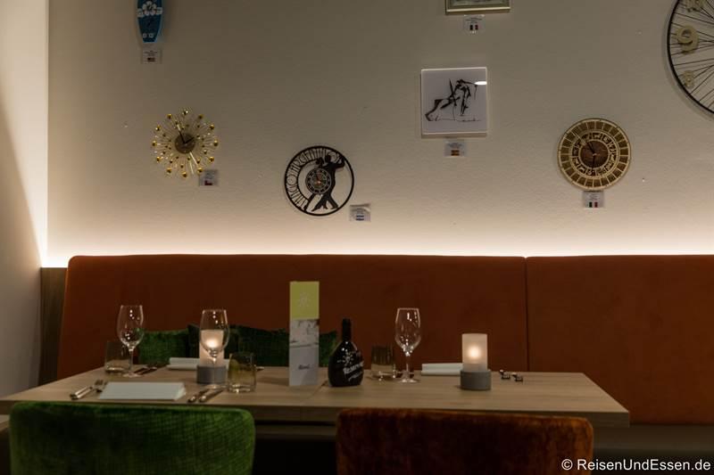 Restaurant 1917 mit Uhren aus berühmten Weinanbaugebieten
