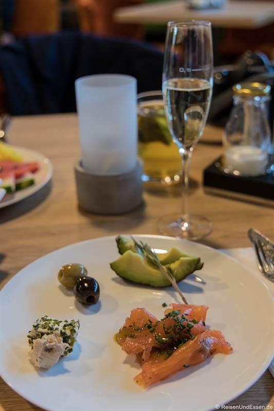 Frühstück mit Lachs und Sekt im Sonnenhotel Weingut Römmert in Volkach