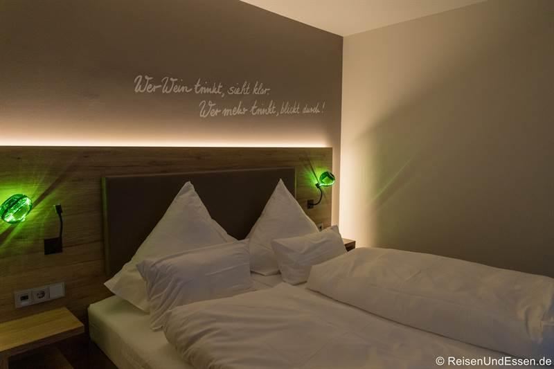 Schlafzimmer in der Suite Weinkönigin im Sonnenhotel Weingut Römmert